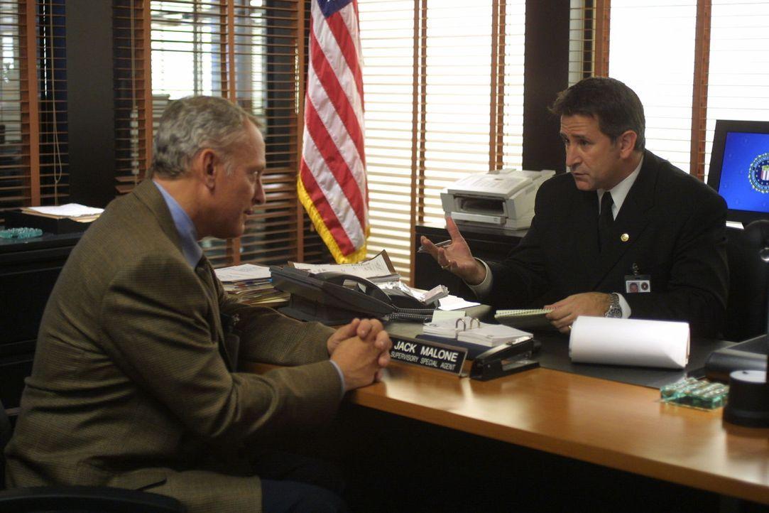 Bereits nach kurzer Zeit wird Malone (Anthony LaPaglia, r.) und seinem Team klar, dass der  Schulleiter Graham Spaulding an Andys Verschwinden betei... - Bildquelle: Warner Bros. Entertainment Inc.