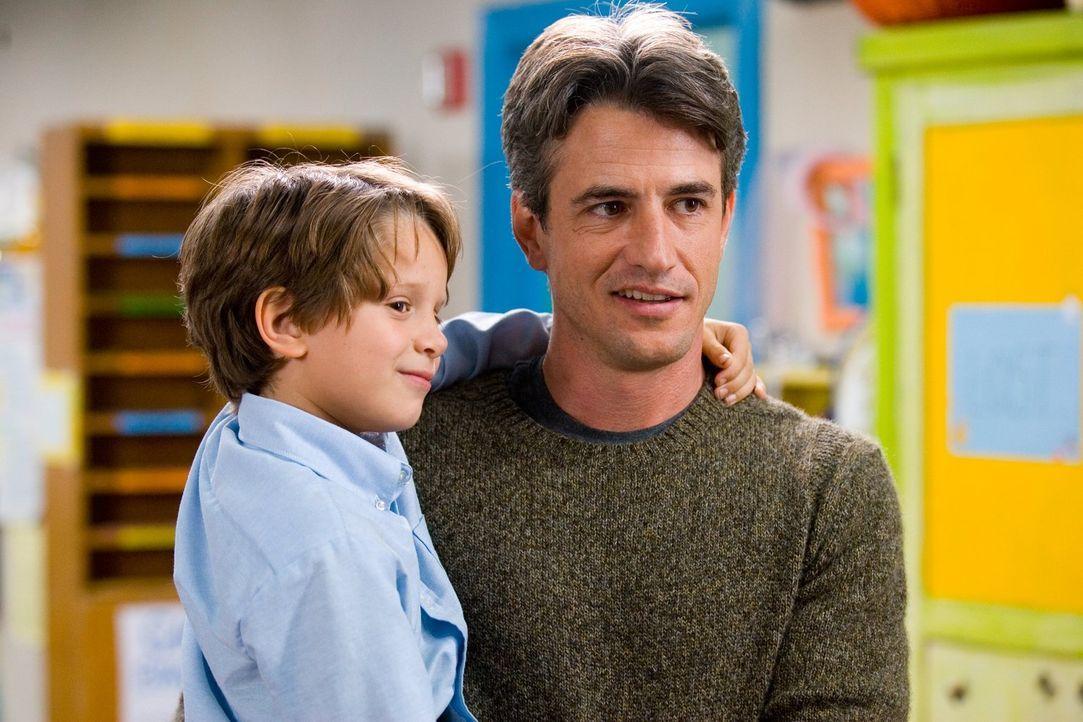 Ob Bob (Dermot Mulroney, r.) der Richtige für Sarah ist? Immerhin ist er der Vater von Austin (Bobby Coleman, l.), einem ihrer Vorschulkinder - nich... - Bildquelle: Warner Brothers