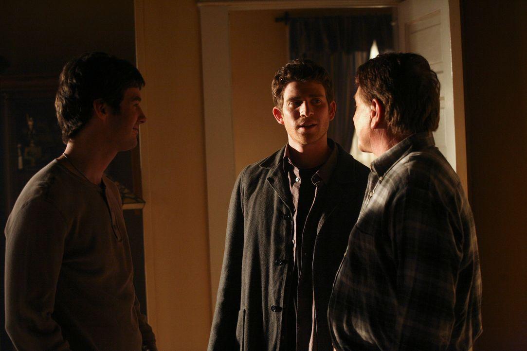 Zurück von New York City fragt Nick (Bryan Greenberg, M.) seinen Vater (Tom Berenger, r.) und Ronnie (Jonathan Murphy, l.), was sie davon halten, da... - Bildquelle: ABC Studios