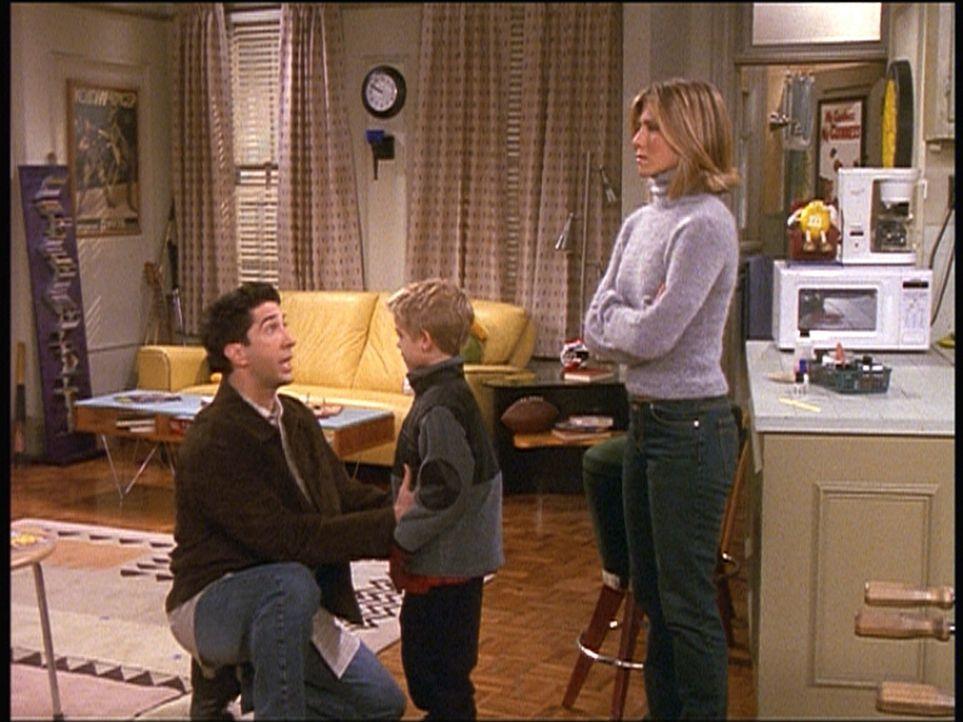Ross (David Schwimmer, l.) erklärt seinem Sohn Ben (Cole Sprouse, M.), dass die Streiche, die Rachel (Jennifer Aniston, r.) ihm beigebracht hat, ga... - Bildquelle: TM+  2000 WARNER BROS.