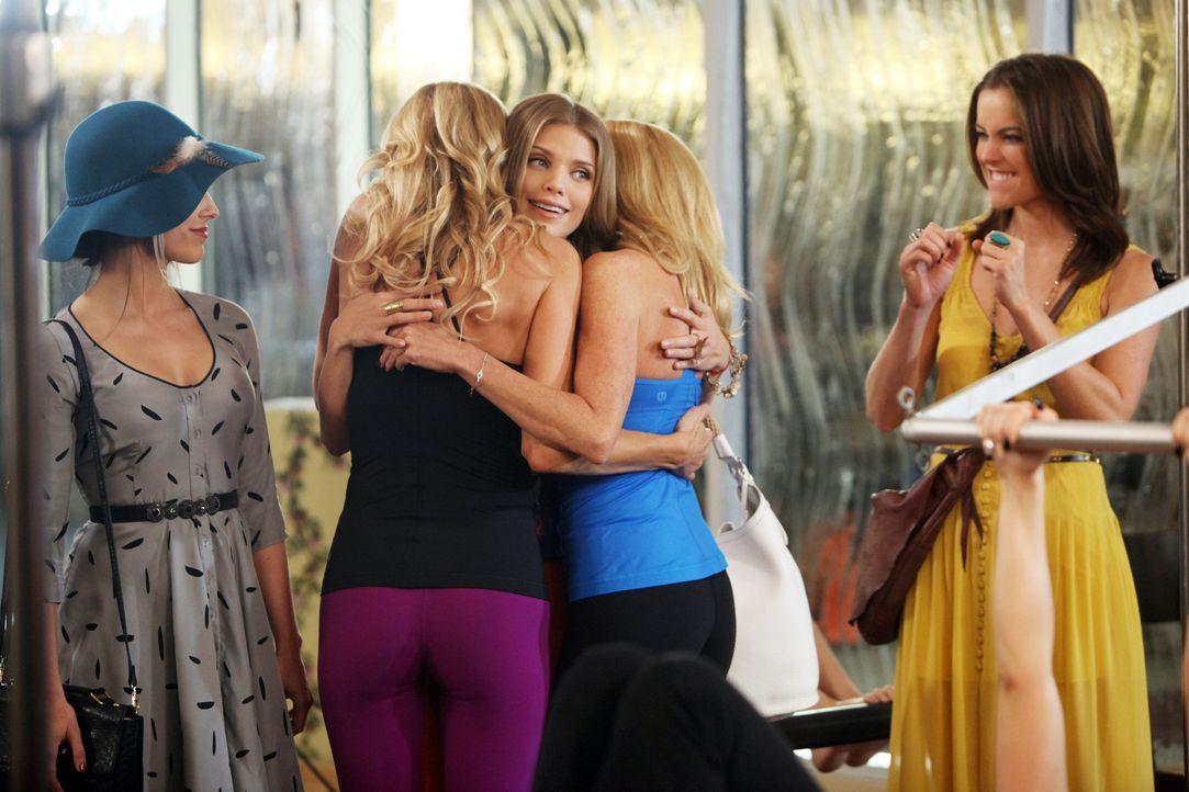 Naomi (AnnaLynne McCord, M.), Erin (Jessica Stroup, r.) und Adrianna (Jessica Lowndes, l.) haben endlich mal wieder die Nacht durchzecht und es rich... - Bildquelle: TM &   CBS Studios Inc. All Rights Reserved