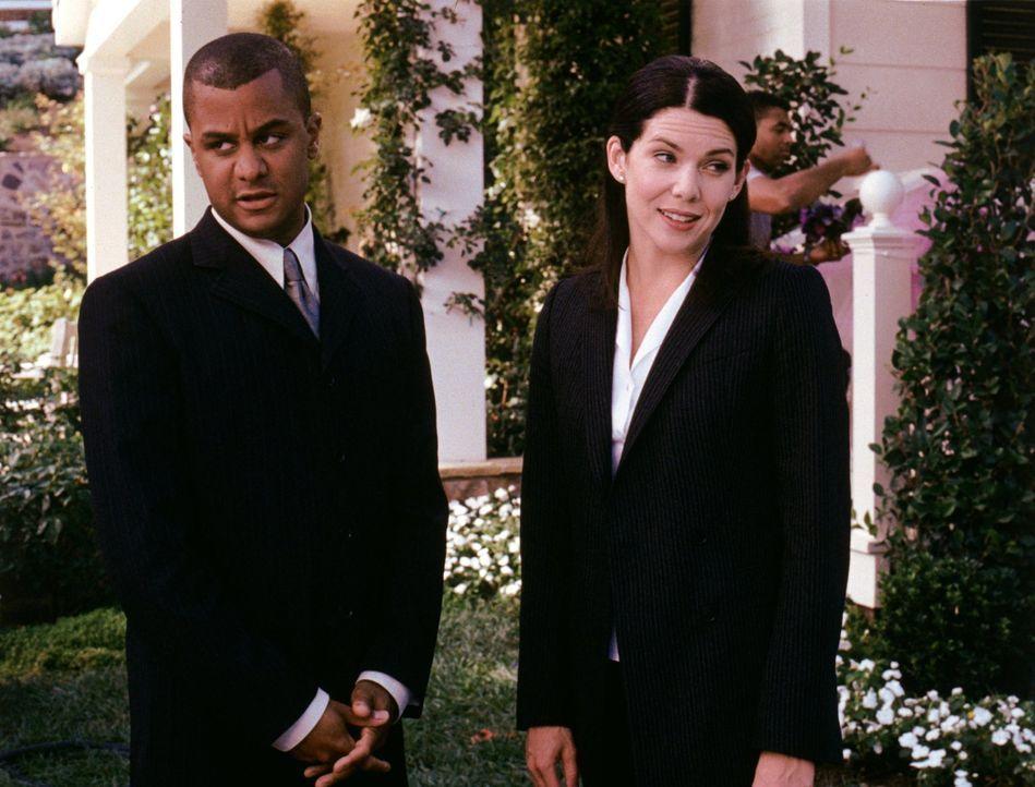 Michel (Yanic Truesdale, l.) und Lorelai (Lauren Graham, r.) haben alle Hände voll zu tun, als sie im Inn eine Doppelhochzeit organisieren sollen. O... - Bildquelle: 2000 Warner Bros.