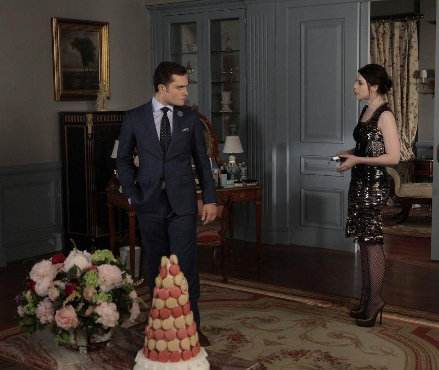 Während Chuck (Ed Westwick, l.) mit damit ringt, dass Blair im Begriff ist Prinz Louis zu heiraten, kehrt Georgina (Michelle Trachtenberg, r.) zurüc... - Bildquelle: Warner Bros. Television