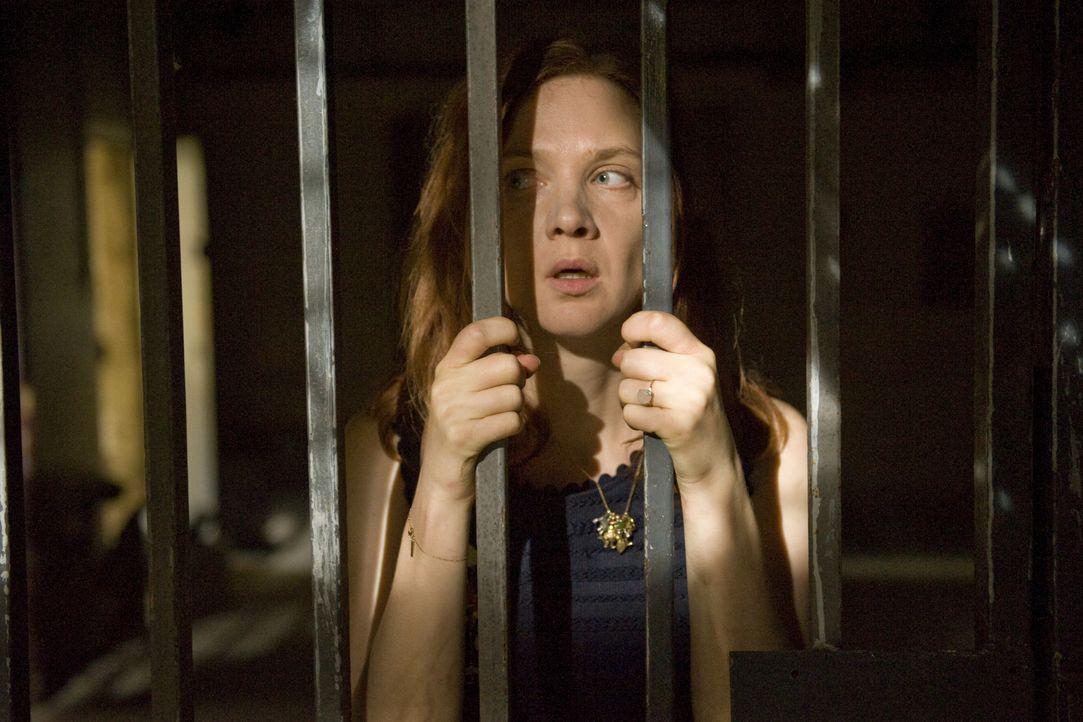 Die Ereignisse, denen Chloé (Odile Vuillemin) und Rocher bei ihren Ermittlungen im Gefängnis ausgesetzt sind, bringen Chloé an den Rand des Wahnsinn... - Bildquelle: 2014 BEAUBOURG AUDIOVISUEL