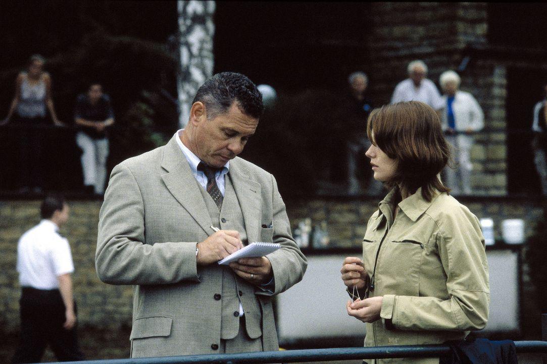 Während Kommissar Wendtland (Ronald Nitschke, l.) an einen harmlosen Unfall glaubt, ist Johanna (Lavinia Wilson, r.) überzeugt, dass etwas viel Sc... - Bildquelle: Sat.1