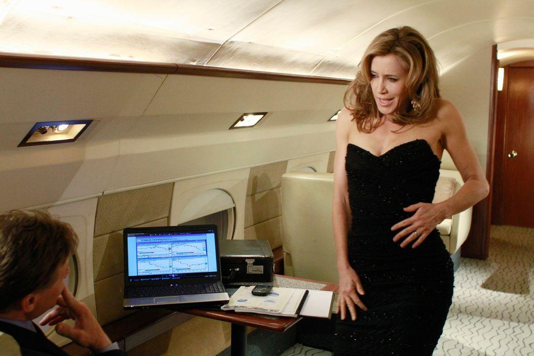 Während Andrew im Rahmen der zwölf Schritte der Anonymen Alkoholiker ehrlich zu Carlos sein will, genießt Lynette (Felicity Huffman, r.) voll und ga... - Bildquelle: ABC Studios