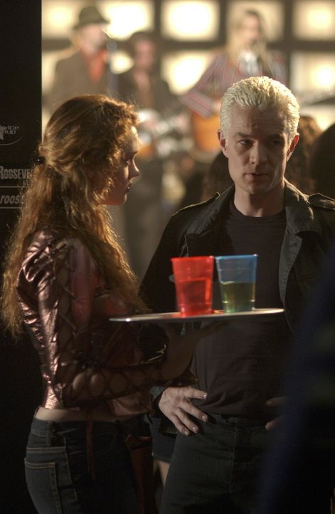 Nachdem Buffy erfahren hat, dass Spike (James Marsters, r.) wieder aktiv sein soll, verfolgt sie ihn auf seinen nächtlichen Streifzügen. Sie beobach... - Bildquelle: TM +   Twentieth Century Fox Film Corporation. All Rights Reserved.
