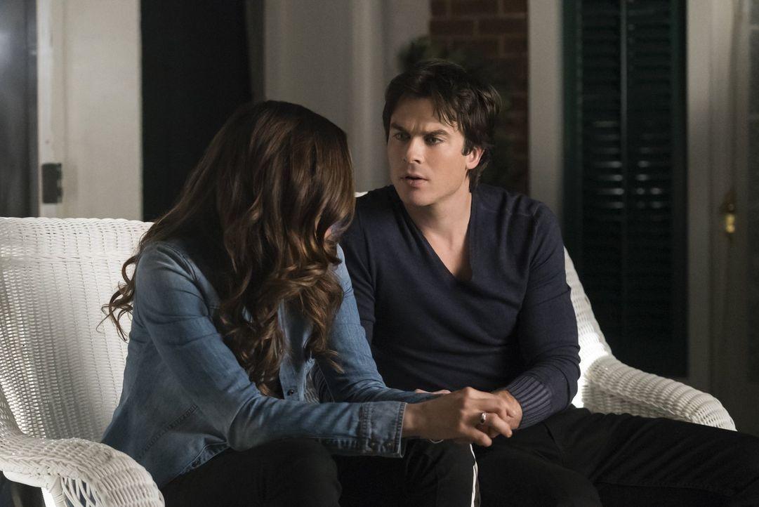 Elena (Nina Dobrev, l.) und Damon (Ian Somerhalder, r.) sind geschockt, als ihnen bewusst wird, dass Stefans angeblich perfekter Plan, um Carolines... - Bildquelle: Warner Bros. Entertainment, Inc