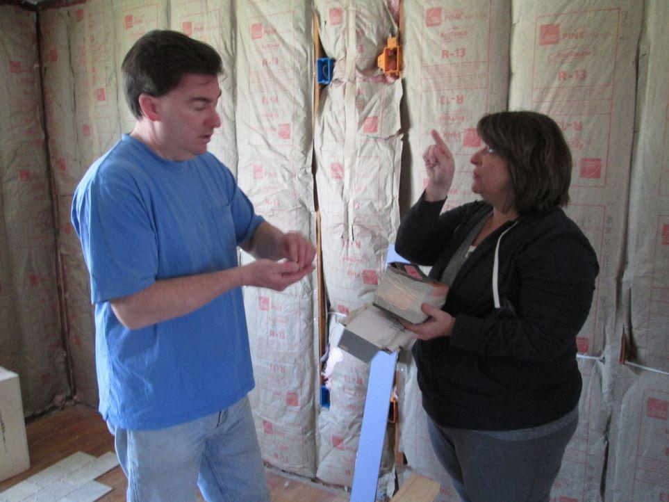 Bryan (l.) und Kathy (r.) hoffen, mit ihrem ersten Umbau gleich so viel Profit zu machen, dass sie ihre eigene Firma aus dem Boden stampfen können .... - Bildquelle: 2014, DIY Network's/Scripps Network's, LLC.