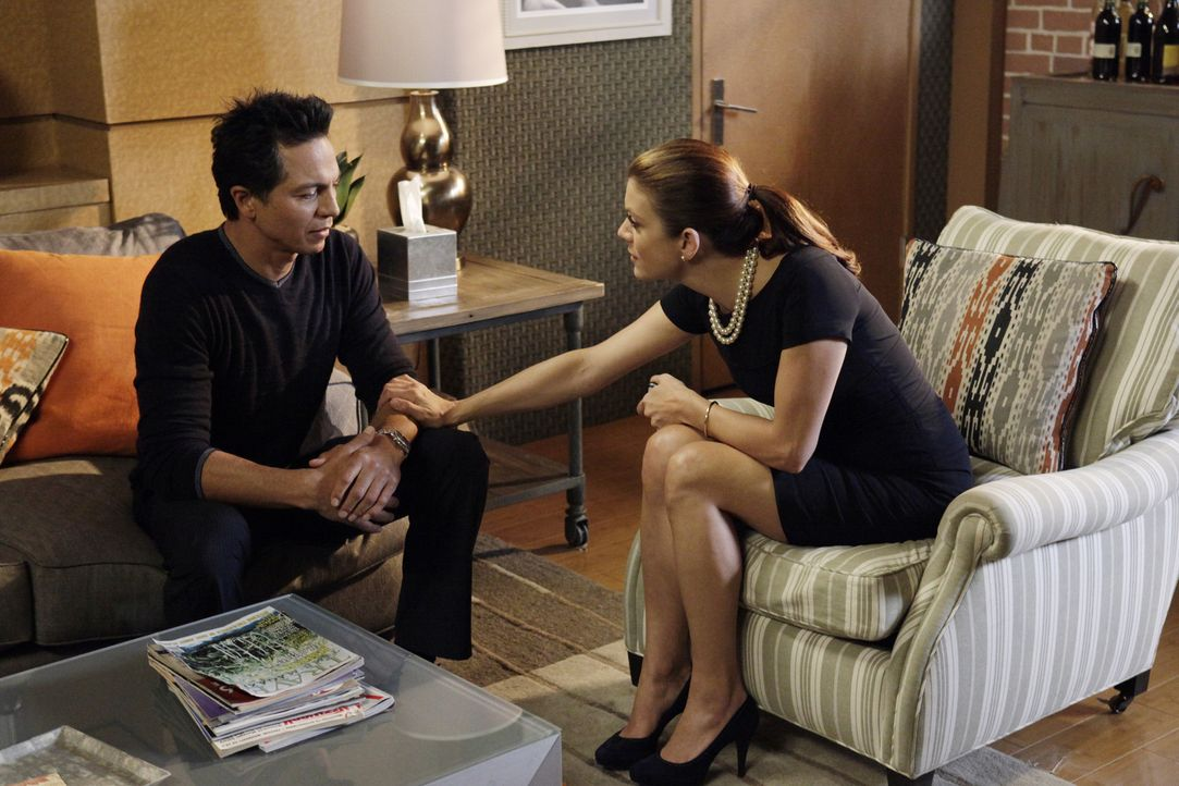 Addison (Kate Walsh, r.) ermutigt Amelia dazu, sich auf die bevorstehende Schwangerschaft einzulassen, während Sheldon und Jake (Benjamin Bratt, l.)... - Bildquelle: ABC Studios