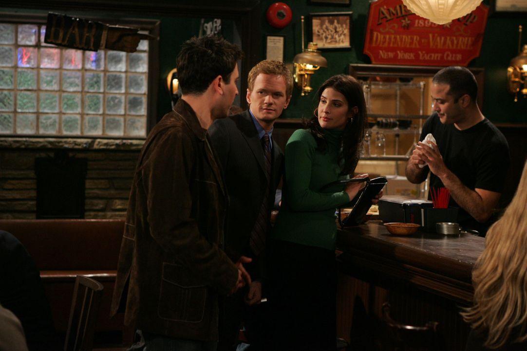 Als Ted (Josh Radnor, l.) eines Tages in einer Bar Robin (Cobie Smulders, 2.v.r.) kennenlernt, ist er hin und weg von ihr. Barney (Neil Patrick Harr... - Bildquelle: 20th Century Fox International Television
