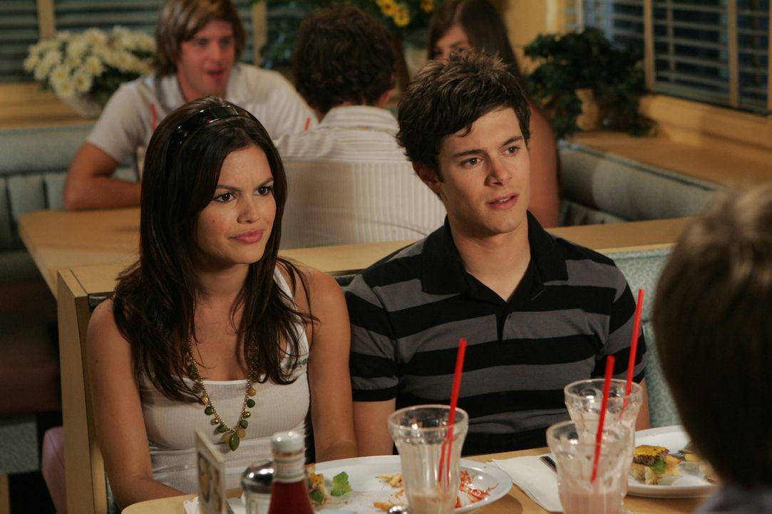 Planen, wie sie Ryan und Marissa wieder zusammen bringen können: Seth (Adam Brody, r.) und Summer (Rachel Bilson, l.) ... - Bildquelle: Warner Bros. Television