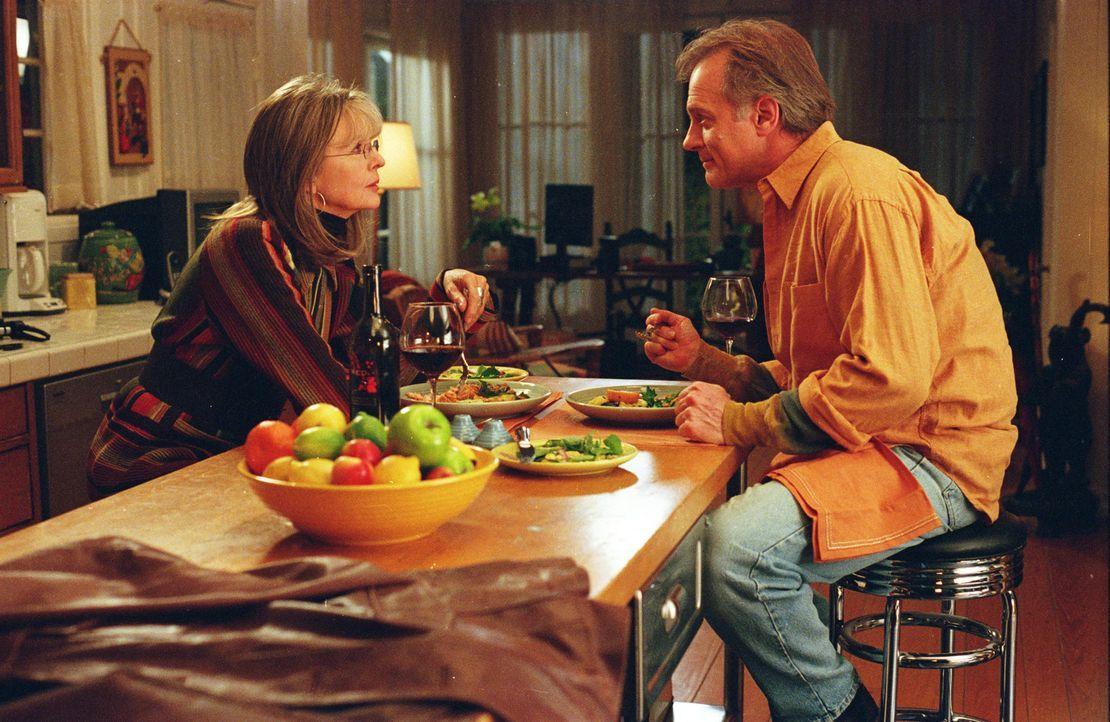 Findet auf der Suche nach dem Mr. Right für ihre Tochter den Richtigen (Stephen Collins, r.) für sich selbst: Daphne Wilder (Diane Keaton, l.) ... - Bildquelle: Warner Brothers