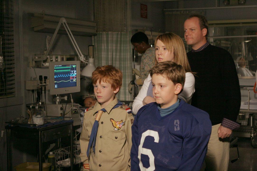 Sind besorgt um Ellie, die nach einem Schlaganfall ins Krankenhaus eingeliefert wurde: Christopher (Forrest Landis, vorne l.), Lucas (Austin Majors,... - Bildquelle: WARNER BROS