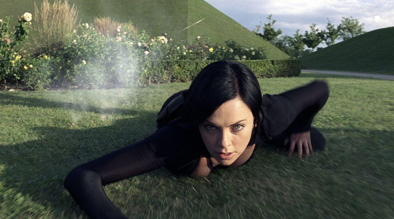 Als Una, die Schwester der Top-Agentin der Aufständischen, Aeon Flux (Charlize Theron), spurlos verschwindet, macht sich diese auf, um den Diktator... - Bildquelle: 2004 by PARAMOUNT PICTURES. All Rights Reserved.
