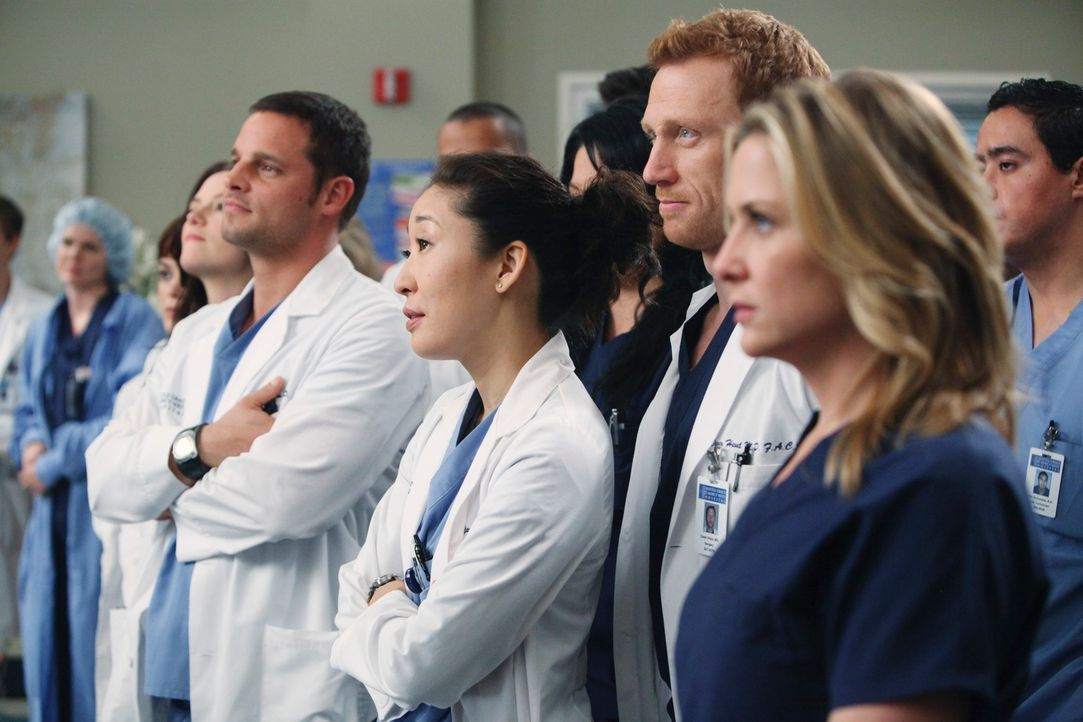 Derek stellt sich in einer Rede als neuer Leiter der Chirurgie vor. Die Ärzte (v.l.n.r.) Lexie (Chyler Leigh), Alex (Justin Chambers), Cristina (San... - Bildquelle: Touchstone Television