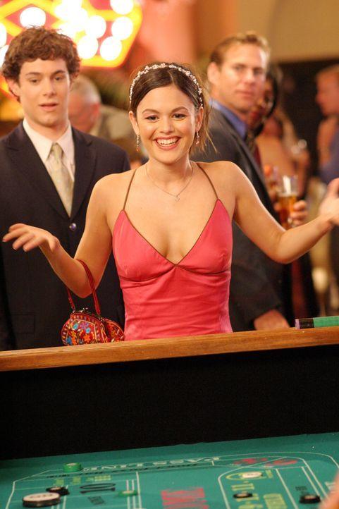 Der Abend hat sich gelohnt: Durch Seths (Adam Brody, l.) Unterstützung gewinnt Summer (Rachel Bilson, M.) im Glückspiel einen Preis ... - Bildquelle: Warner Bros. Television