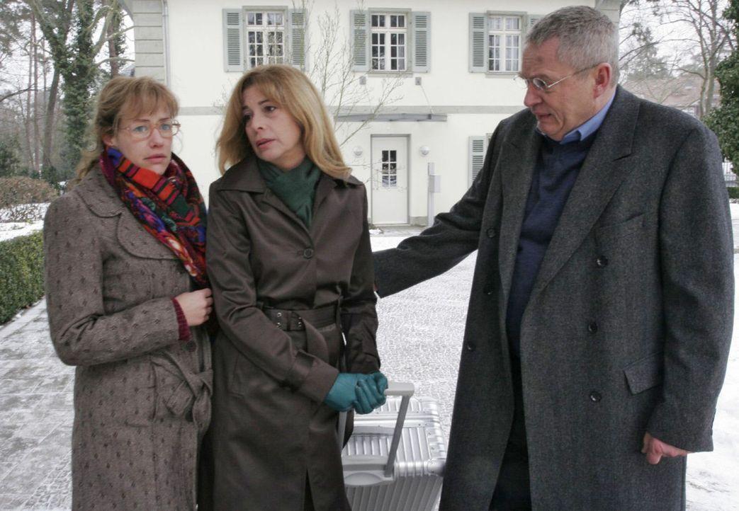 Als Lisa (Alexandra Neldel, l.) und Friedrich (Wilhelm Manske, r.) erkennen, dass Laura (Olivia Pascal, M.) nicht genug Kraft für die Geldübergabe... - Bildquelle: Noreen Flynn Sat.1