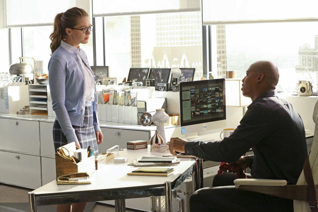 Kara (Melissa Benoist, l.) erfährt von James (Mehcad Brooks, r.), dass Lucy Lane gekündigt hat. Ist es möglicherweise ihre Schuld? - Bildquelle: 2015 Warner Bros. Entertainment, Inc.