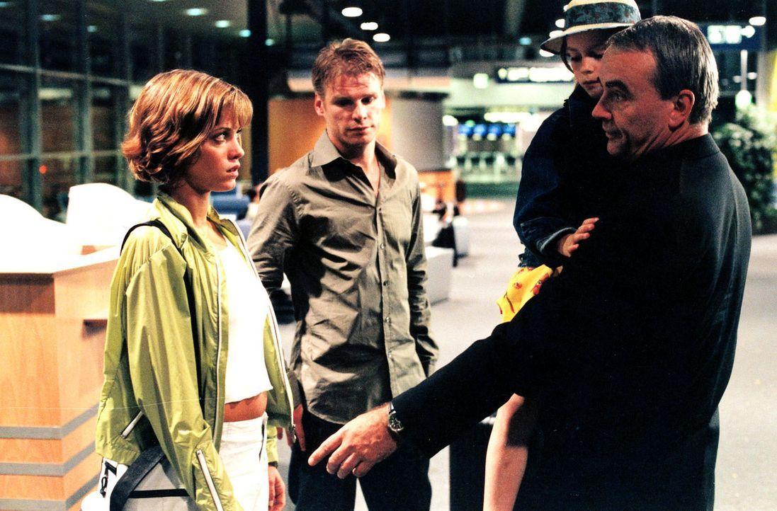 Nach Jahren aus den USA zurückgekehrt, werden Jenny (Muriel Baumeister, l.), Tom (Kai Scheve, M.) und Maya (Larisa Reihl, 2.v.r.) von Retzlaff (Wal... - Bildquelle: Sat.1