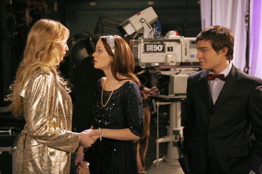 Blair (Leighton Meester, M.) und Chuck (Ed Westwick, r.) sind zu Rufus' Show gekommen, um nach Serena (Blake Lively, l.) zu sehen ... - Bildquelle: Warner Bros. Television