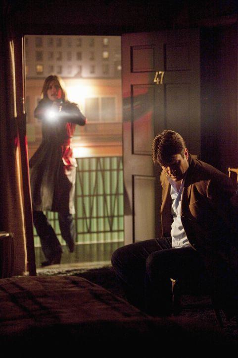 Kate Beckett (Stana Katic, l.) kommt leider zu spät. Der Täter hat Richard Castle (Nathan Fillion, r.) an einen Stuhl gefesselt und ist geflohen ... - Bildquelle: 2010 American Broadcasting Companies, Inc. All rights reserved.