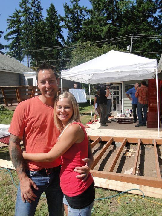 Josh Temple und seine Crew wollen das Schlafzimmer von Jackie (r.) und Chris (l.) aus Seattle verändern. Doch werden die beiden am Ende damit zufrie... - Bildquelle: 2012, DIY Network/Scripps Networks, LLC. All Rights Reserved.