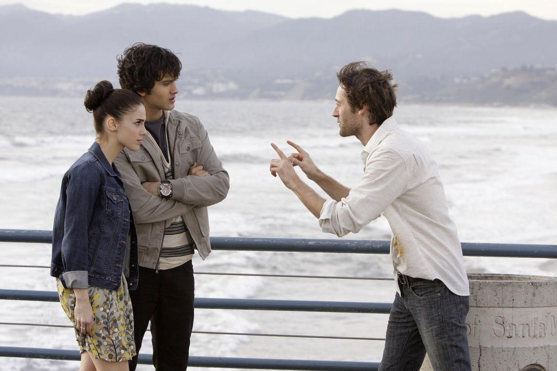 Wenn Mr. Matthews (Ryan Eggold, r.) diese Blamage vor seinen Schülern Adrianna (Jessica Lowndes, l.) und Navid (Michael Steger, M.) in der Schule m... - Bildquelle: TM &   CBS Studios Inc. All Rights Reserved
