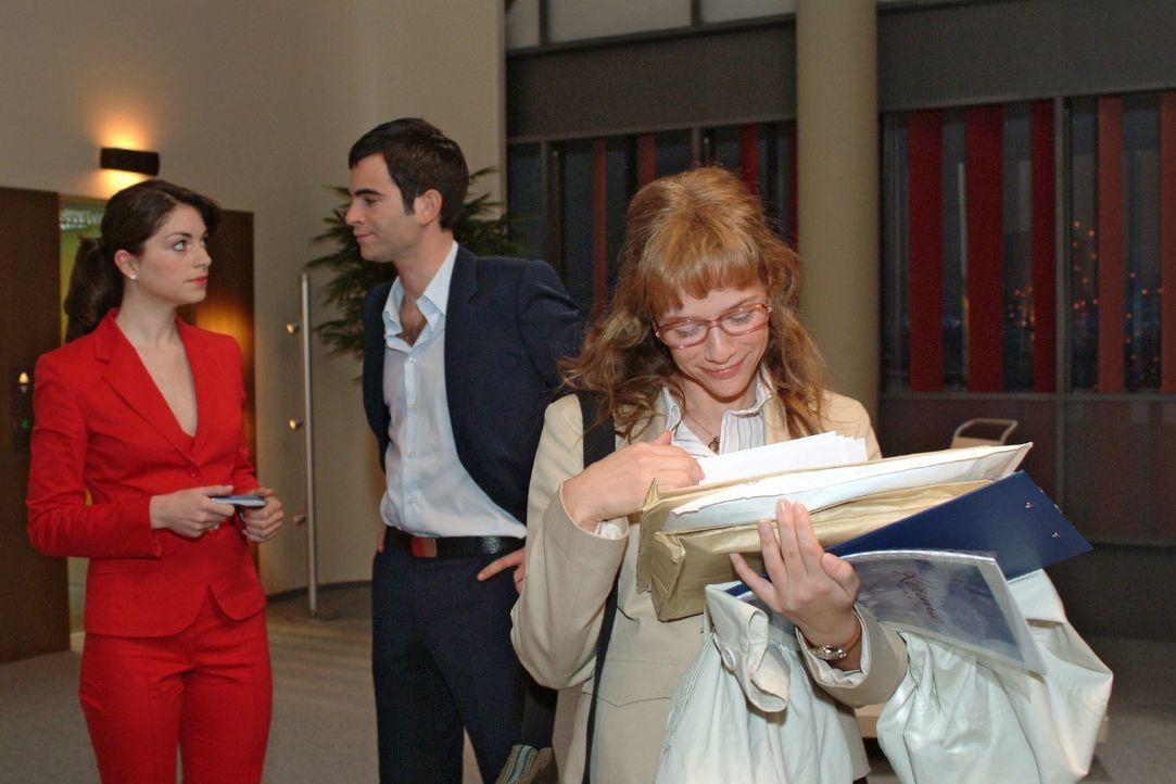 Zurück im Büro, stellt Lisa (Alexandra Neldel, r.) verlegen, aber glücklich fest, dass sie mit David etwas verbindet, was Mariella nicht verstehen k... - Bildquelle: Monika Schürle SAT.1 / Monika Schürle