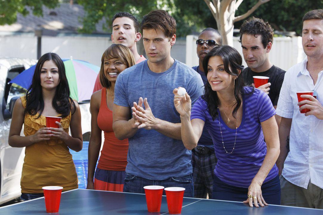 Ihre Beziehung steht auf wackeligen Beinen: Josh (Nick Zano, vorne l.) hat sich in Jules (Courteney Cox, vorne r.) verliebt ... - Bildquelle: 2009 ABC INC.