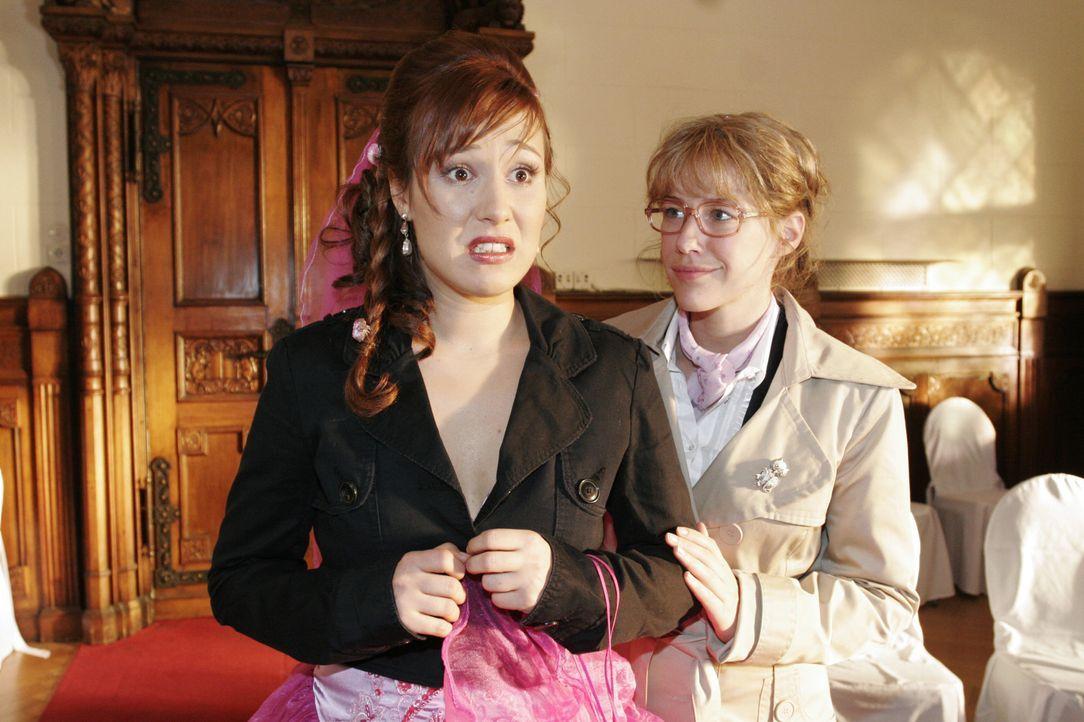 Kurz vor der Trauung bekommt Yvonne (Bärbel Schleker, l.) plötzlich Panik und Lisa (Alexandra Neldel, r.) versucht sie zu beruhigen. (Dieses Foto vo... - Bildquelle: Noreen Flynn SAT.1 / Noreen Flynn