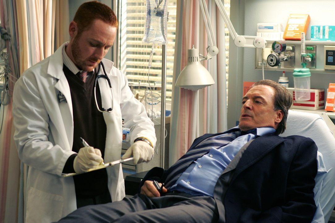 Dr. Morris (Scott Grimes, l.) kümmert sich um Richard Elliot (Armand Assante, r.) der mit chronischen Erkrankungen eingeliefert wurde ... - Bildquelle: Warner Bros. Television