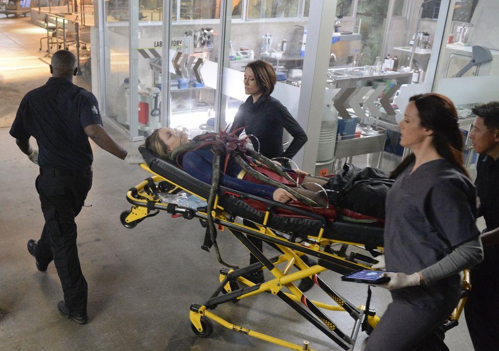 Als Kara (Melissa Benoist, M.) in ein Koma fällt, das wohl von einem außerirdischen Parasiten verursacht wurde, müssen ihre Schwester Alex (Chyler L... - Bildquelle: 2015 Warner Bros. Entertainment, Inc.