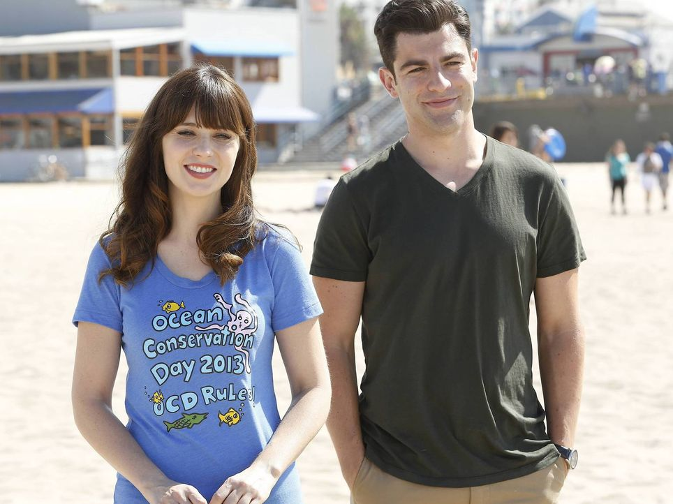 Die fleißige Jess (Zooey Deschanel, l.) hat alle Hände voll zu tun. Sie will mit ihrer Schulklasse ans Meer fahren. Schmidt (Max Greenfield, r.) ver... - Bildquelle: TM &   2013 Fox and its related entities. All rights reserved.