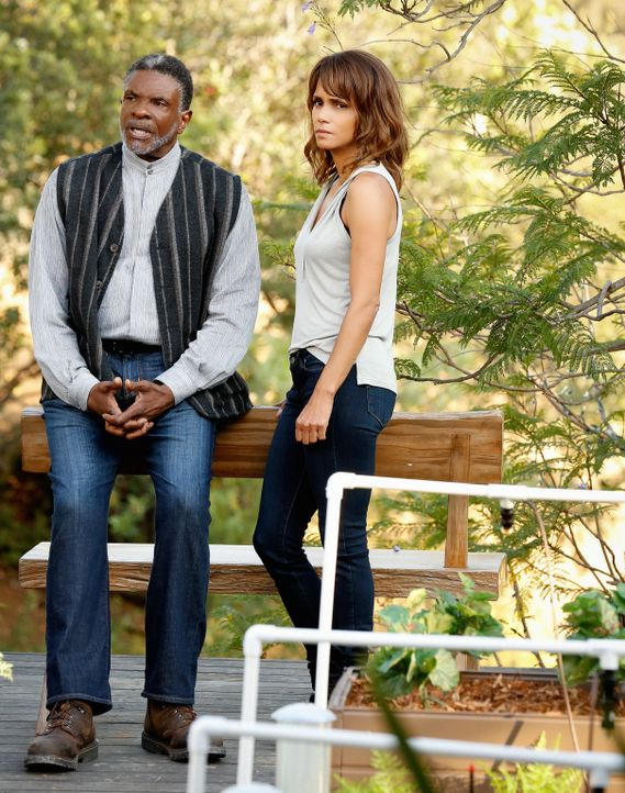 Die Informationen, die Nicholas Calderon (Keith David, l.) Molly (Halle Berry, r.) offenbart, sind anders als erwartet ... - Bildquelle: Robert Voets 2015 CBS Broadcasting Inc. All Rights Reserved.