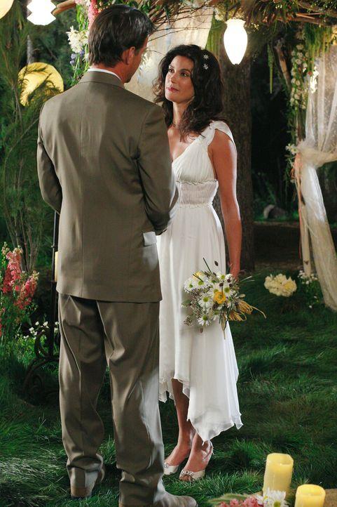 Susan (Teri Hatcher, r.) überrascht Mike (James Denton, l.) mit einer Hochzeit an einem unerwarteten Ort ... - Bildquelle: 2005 Touchstone Television  All Rights Reserved