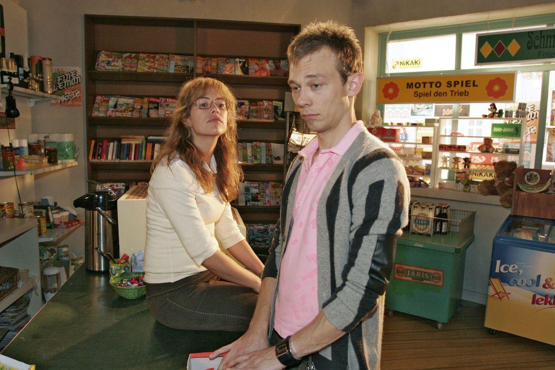 Lisa (Alexandra Neldel, l.) regt sich bei Jürgen (Oliver Bokern, r.) über Davids egoistisches Verhalten auf - hat dieser doch nicht einmal registrie... - Bildquelle: Noreen Flynn SAT.1 / Noreen Flynn