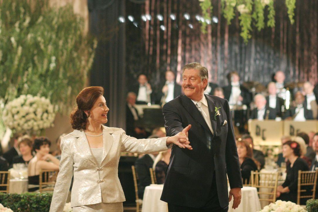 Nach all den Jahren mit Hochs und Tiefs in ihrer Ehe, erneuern Emily (Kelly Bishop, l.) und Richard (Edward Herrmann, r.) ihr Ehegelübde vor ihren e... - Bildquelle: 2004 Warner Bros.