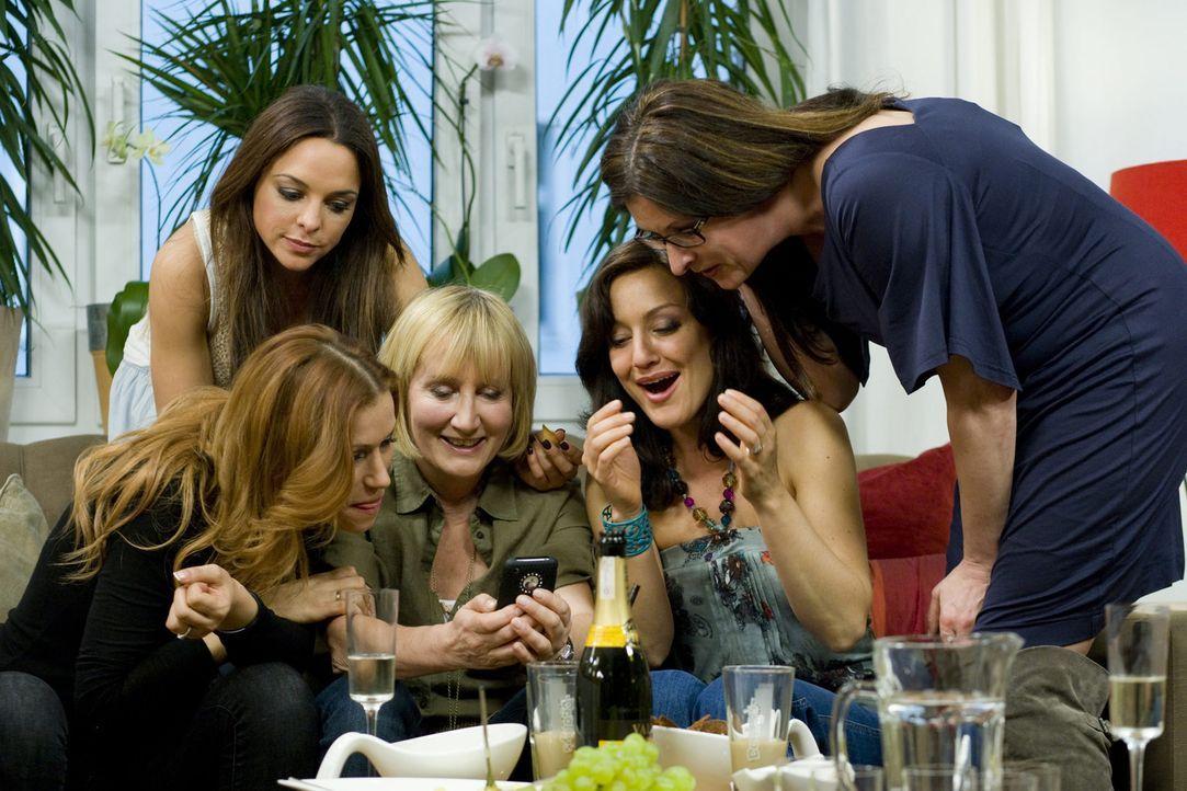 Haben jede Menge Spaß bei ihrem Mädelsabend: Birgit Ehrenberg (r.), Yasmina Filali (l.), Estefania Küster (2.v.l.), Evelyn Holst (M.) und Miriam... - Bildquelle: sixx