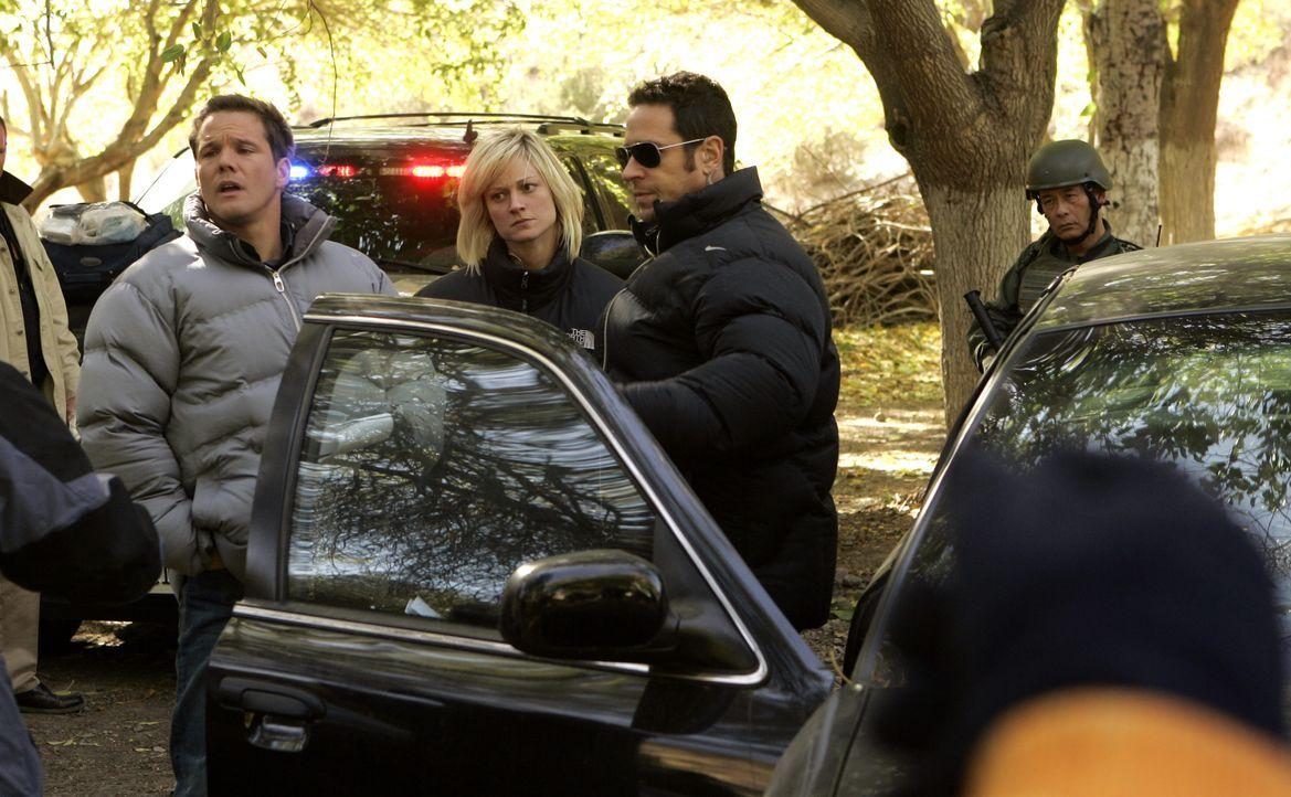 Don (Rob Morrow, 2.v.r.), Rachel (Teri Polo, 2.v.l.) und Colby (Dylan Bruno, l.) suchen Abner Stone, der seine Anhänger in den Tod schicken möchte .... - Bildquelle: Paramount Network Television