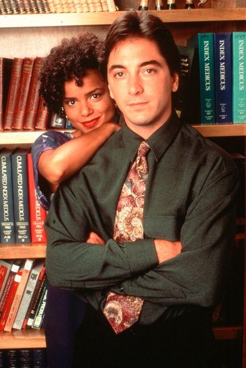 Die beiden Assistenten von Dr. Sloan, Jack (Scott Baio, r.) und Amanda (Victoria Rowell, l.). - Bildquelle: Viacom