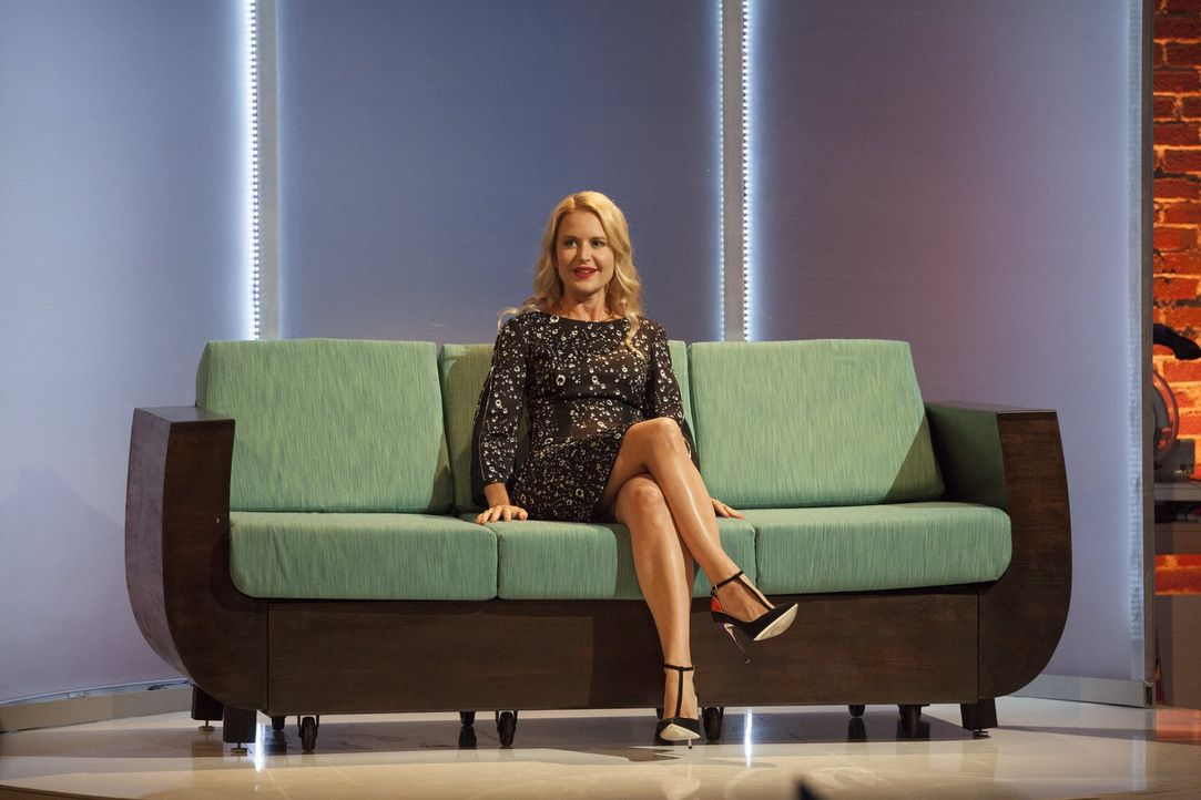 Jurymitglied Christiane Lemieux hat vieles, was ihr an dem Sofa gefällt, aber auch einiges, was sie nicht mag - jetzt muss der Sitz-Test entscheiden... - Bildquelle: 2015 Warner Bros.