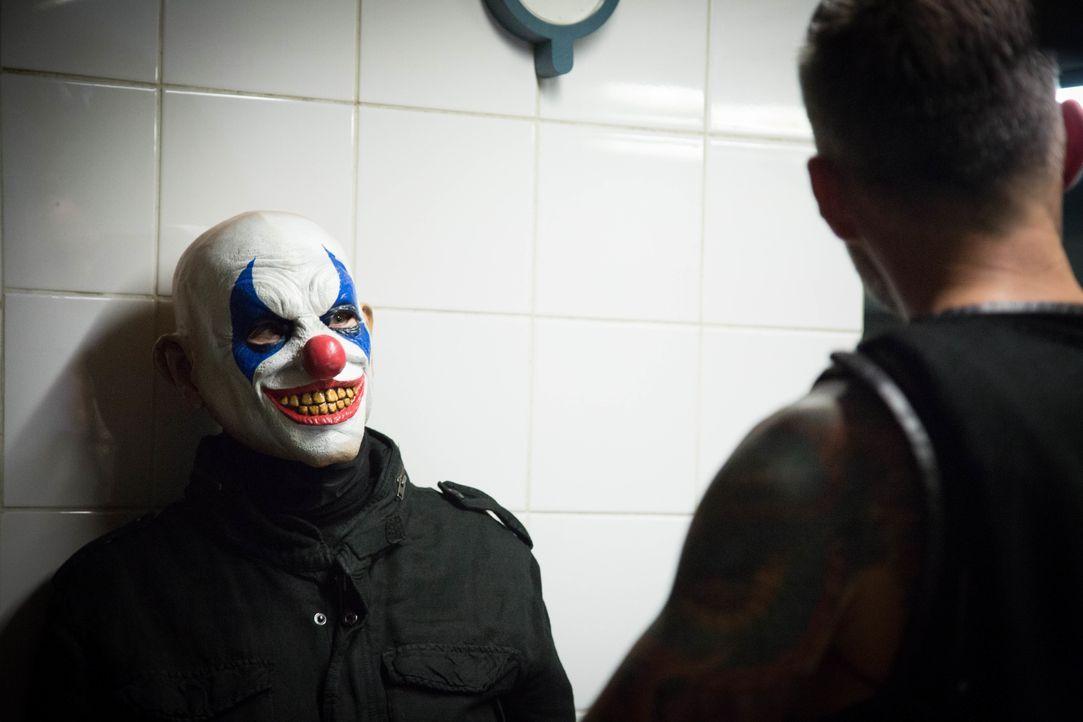 Ein Horrorclown treibt in Paris sein Unwesen und tötet Menschen. Können Rocher und sein Team den wahren, mörderischen Clown unter den vielen Hallowe... - Bildquelle: Eloïse Legay 2016 BEAUBOURG AUDIOVISUEL / Eloïse Legay