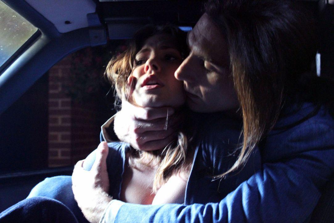 Phillip Garrido (r.) und seine Frau halten sich Jaycee Dugard (l.) von 1991 bis 2009 als Sex-Sklavin ... - Bildquelle: M2 Pictures