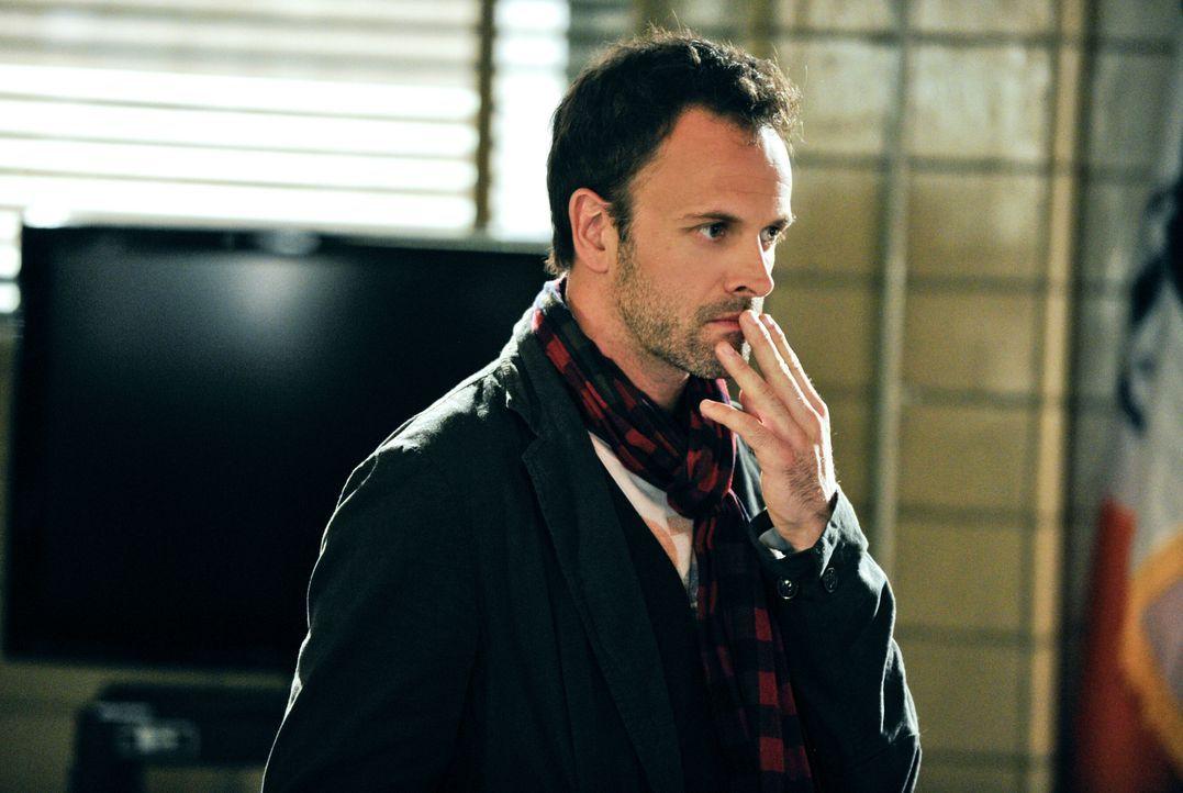 Setzt seine analytischen Fähigkeiten ein, um einen Mordfall aufzuklären: Sherlock Holmes (Johnny Lee Miller) ... - Bildquelle: CBS Television