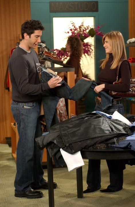 Ross (David Schwimmer, l.) hat ein Date und dazu braucht er neue Klamotten. Rachel (Jennifer Aniston, r.) greift ihm natürlich unter die Arme und be... - Bildquelle: 2003 Warner Brothers International Television