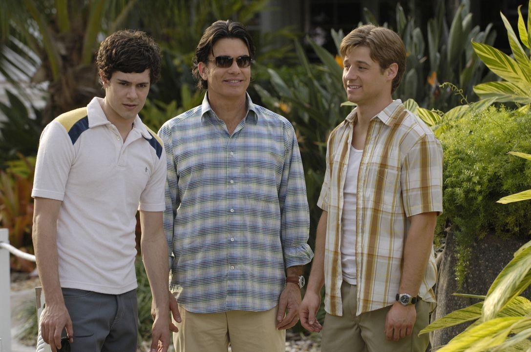 Sandy (Peter Gallagher, M.), Seth (Adam Brody, l.) und Ryan (Benjamin McKenzie, r.) reisen nach Miami, um Nana zu besuchen die erneut vor hat zu hei... - Bildquelle: Warner Bros. Television