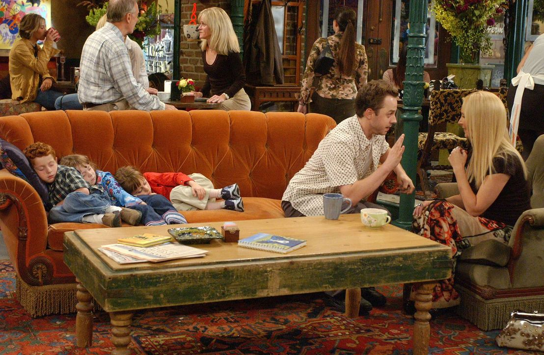 Frank (Giovanni Ribisi, 2.v.l.) hat Probleme mit seinen Drillingen und hofft auf Phoebes (Lisa Kudrow, l.) Hilfe ... - Bildquelle: 2003 Warner Brothers International Television