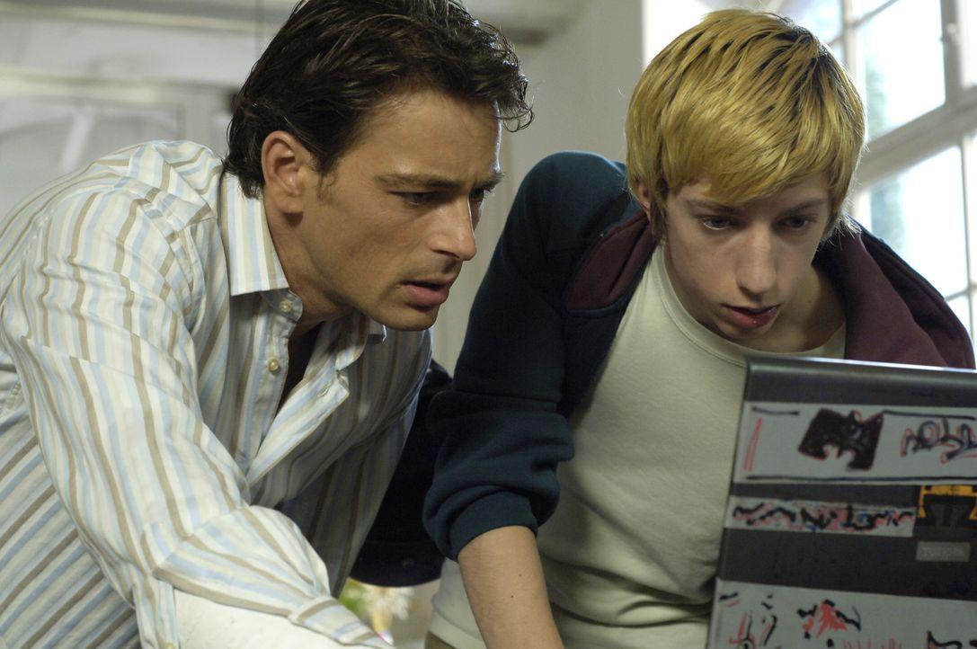 Schon bald kommen Sascha (Jan Sosniok, l.) und sein Schüler Victor (Max Mauff, r.) einer ungeheuren Intrige auf die Spur ... - Bildquelle: ProSieben