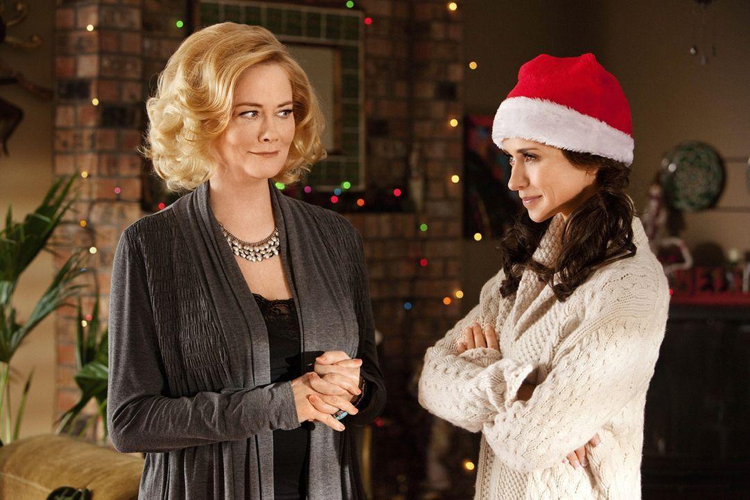 Sogar ihrer Mutter Cassie (Cybill Shepherd, l.) verschweigt Samantha (Jennifer Love Hewitt, r.) welcher Tätigkeit sie tatsächlich nachgeht, doch kei... - Bildquelle: Sony Pictures Television, Inc. All Rights Reserved.